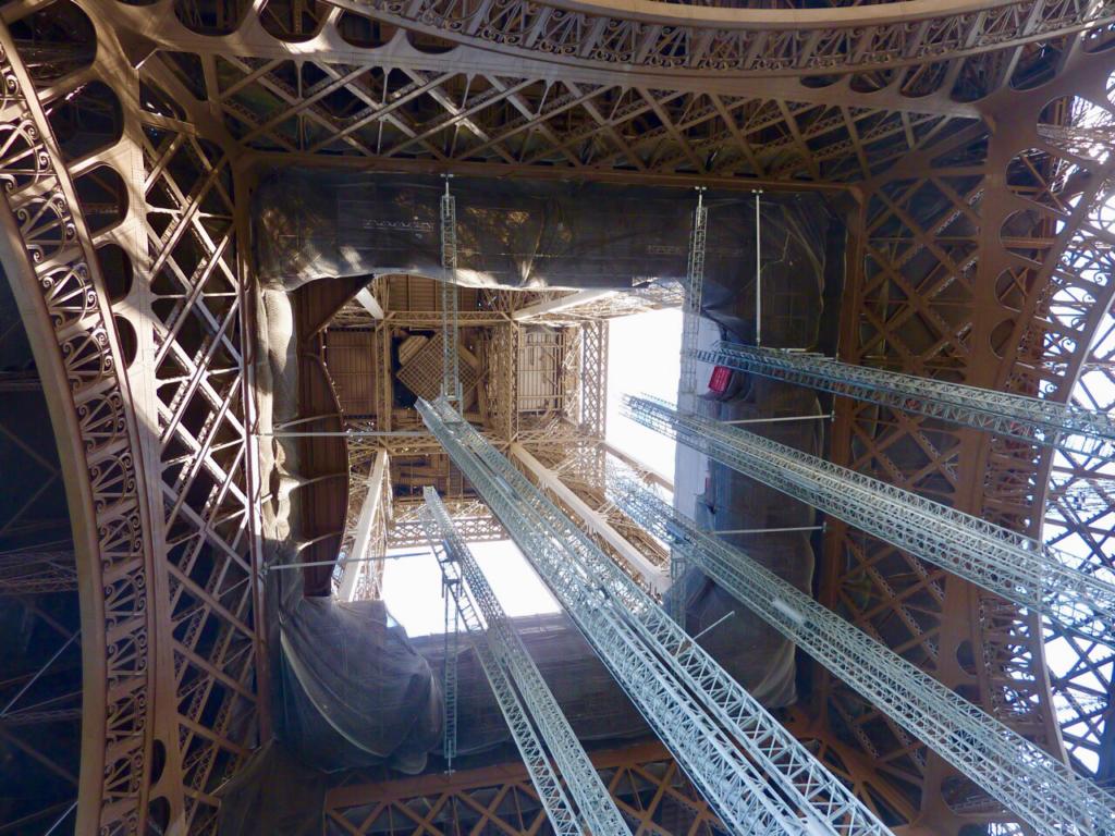 パリのエッフェル塔を増しから見上げた写真