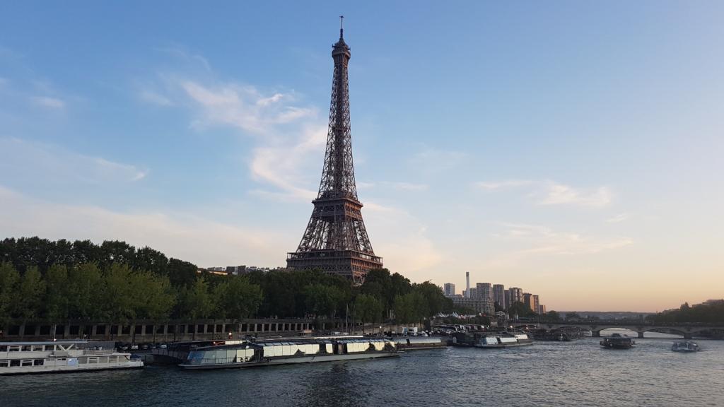 セーヌ川越に見るエッフェル塔はまた格別です。