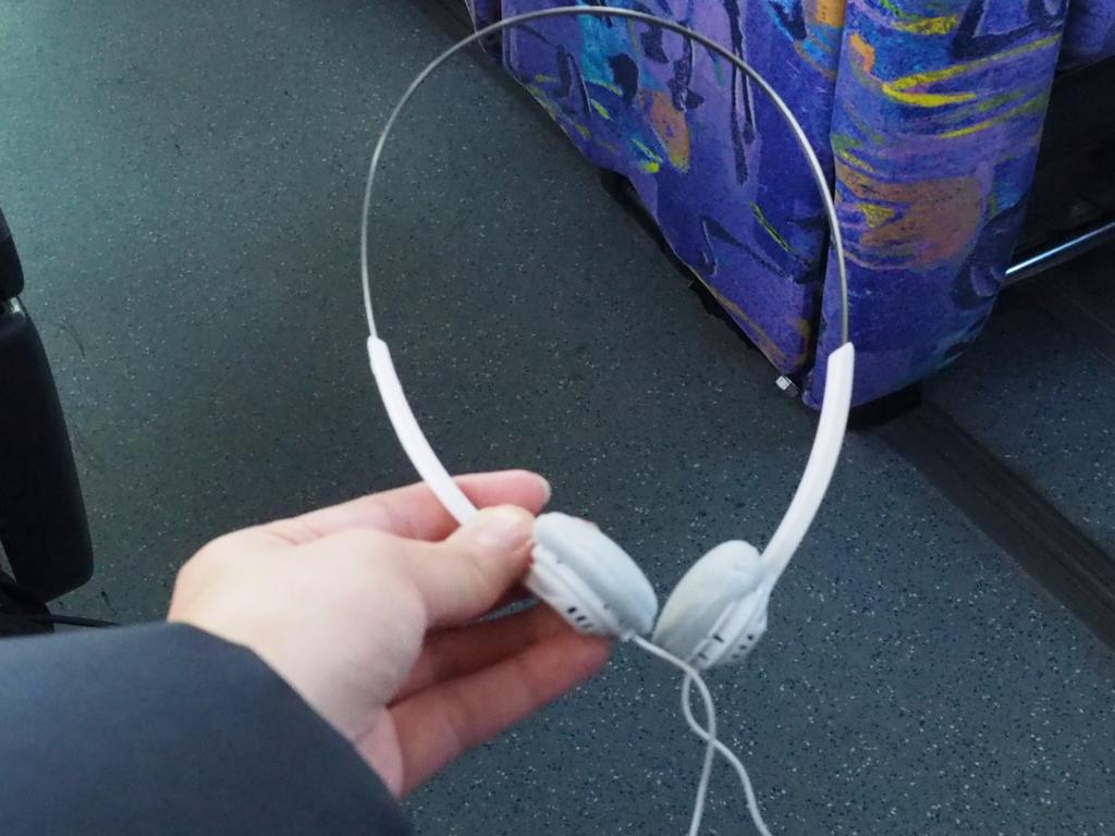車内でバスガイドさんから配られるこちらのヘッドフォン