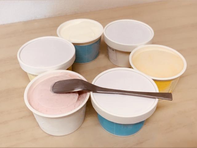 カップアイスクリームが6個テーブルに置かれている写真