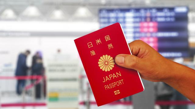 手に持ったパスポート