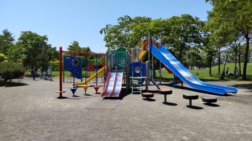 手稲稲積公園の滑り台等の複合遊具