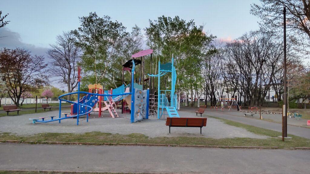 発寒河畔公園の遊具