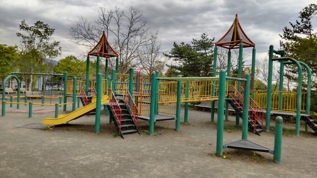 星置公園の滑り台等の複合遊戯