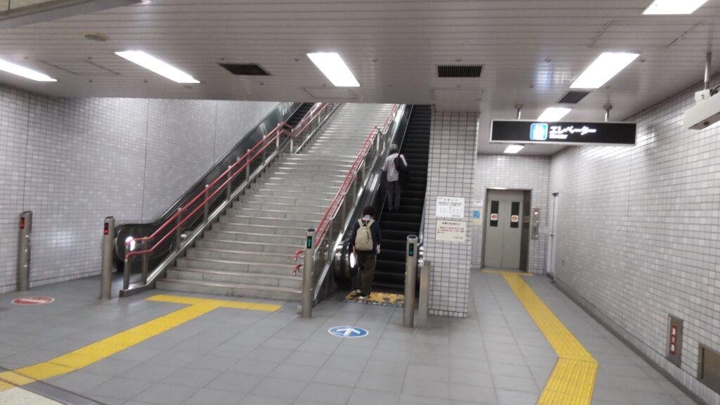 札幌市営地下鉄東西線「宮の沢駅」の4番出口、5番出口へ向かうエスカレーター