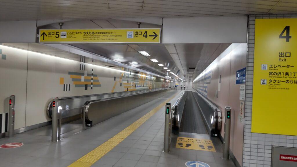 札幌市営地下鉄東西線「宮の沢駅」の5番出口に向かう通路