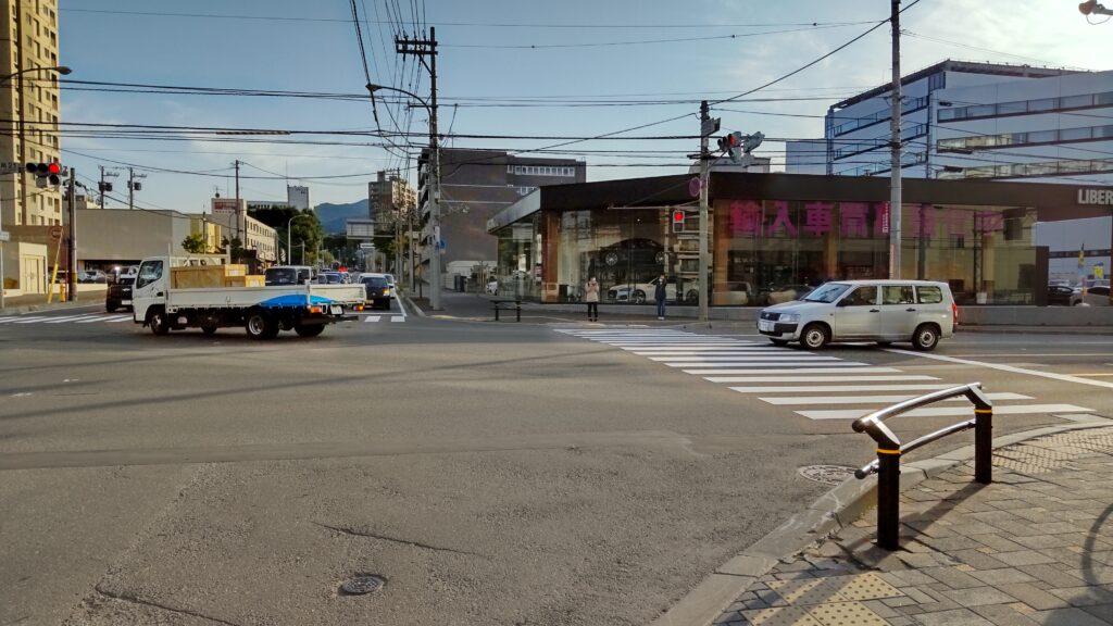 地下鉄宮の沢駅前の「西野・屯田通」と「北5条・手稲通(国道124号線)」の交差点
