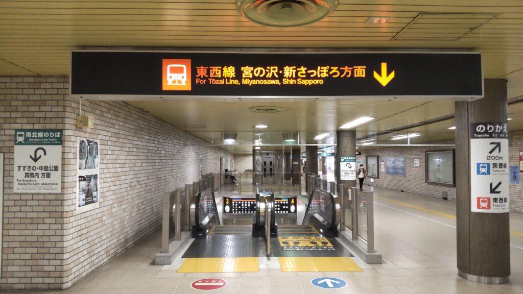 地下鉄「大通駅」の東西線へ移動するエスカレーター